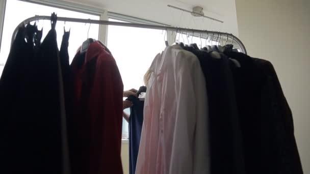 d403e4e421c1 Στυλίστα και πελάτη επιλέξετε μαύρο φόρεμα