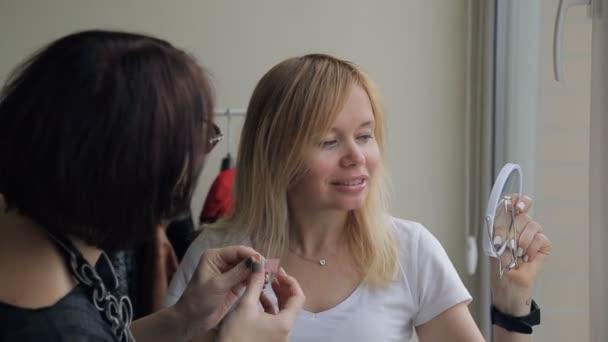 Stylist make-up színek minták kiválasztása a szőke nők belsejében lapos.