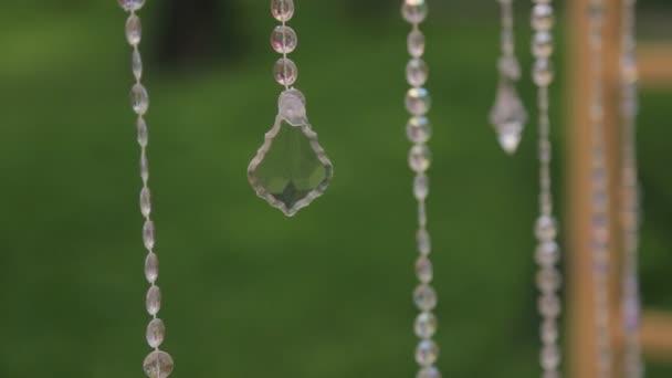 Glas lang Girlanden hängen im Wald am Tag der Hochzeit im freien