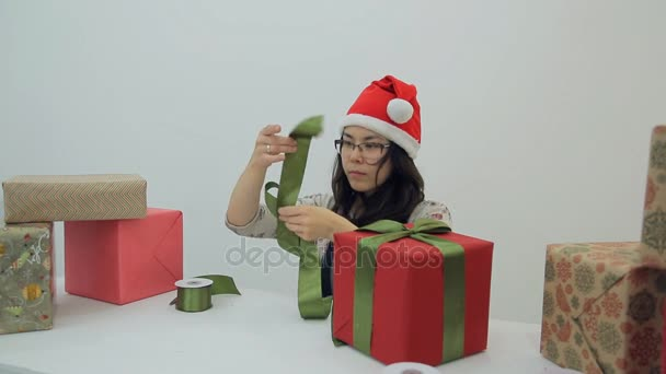 Asijské bruneta žena dělá příď zdobí nový rok krabičce