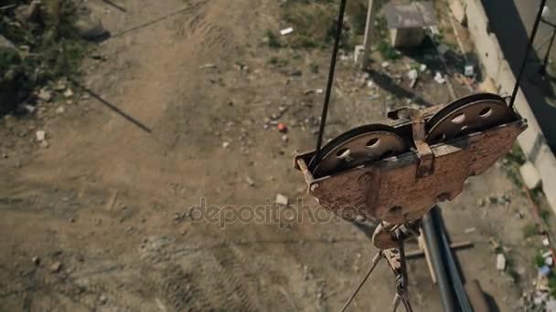 Zblízka jeřáb s cement tank na staveništi mimo