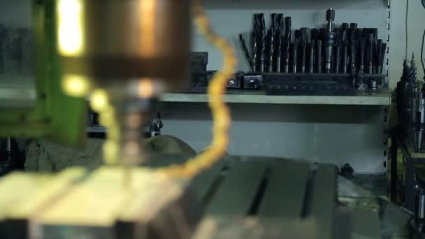 Detailní záběr vrtání vrtací stroj s otvory v plechu v továrně