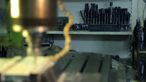 Video z různých zařízení pro vrtání ve zvláštní místnosti v továrně
