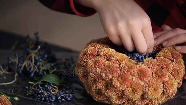 Vytvoření složení chryzantémy a bobule do květinářství