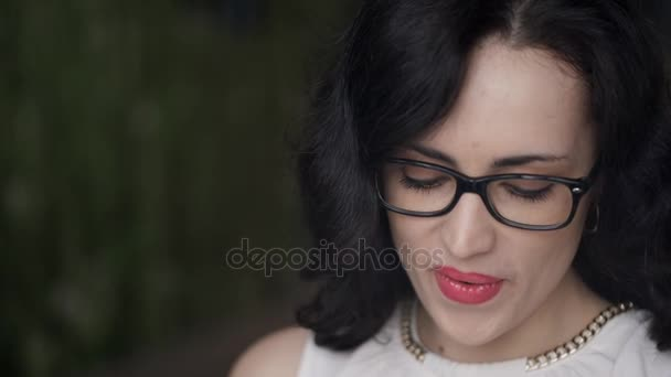 Closeup natáčení ženy čelí usmívající se čtení zpráv venku