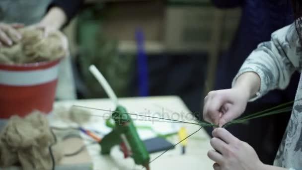 Tři květinářství ženy pracují s vybavením uvnitř výzdoba obchod