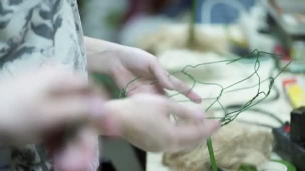 žena dává základ pro aranžmá uvnitř dekor květinářství