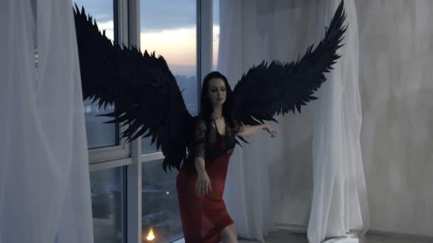 Žena s černou křídla představuje velká okna v pozadí.