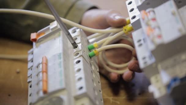Elektrické zámky s dráty šroubovák do rozvodného panelu
