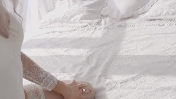 Junge Blondine posiert sexy im Bett Morgen drinnen in den Originalkörper Spitzen Unterwäsche