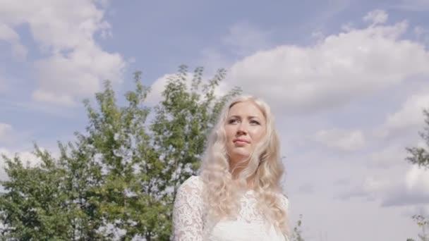 Krásná blondýna s bílými vlasy stojí venkovní letní den