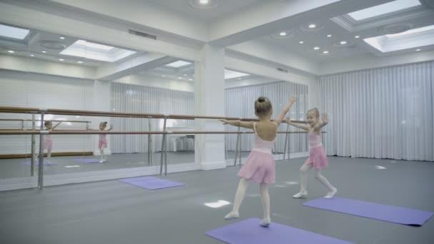 V baletní škole děti hrát a tančit vtipný a přesunout své ruce