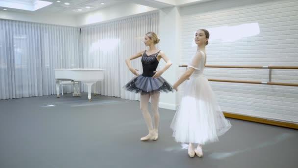 Elegantní baleríny tanec v baletní studio