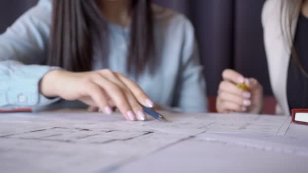 Detail ze dvou žen s perem diskuse o vnitřní kresba na papíře
