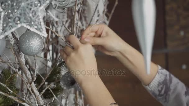 Detail samice asijské zdobí stříbrné větve s ornamenty