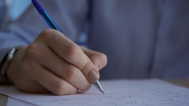 Zeiger mit Uhr schreibt schnell blauen Stift auf Papiertext.