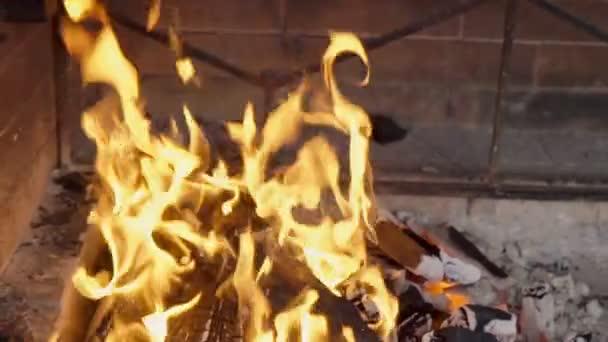 Oheň hoří jasně na uhlí v uzavřeném grilu.