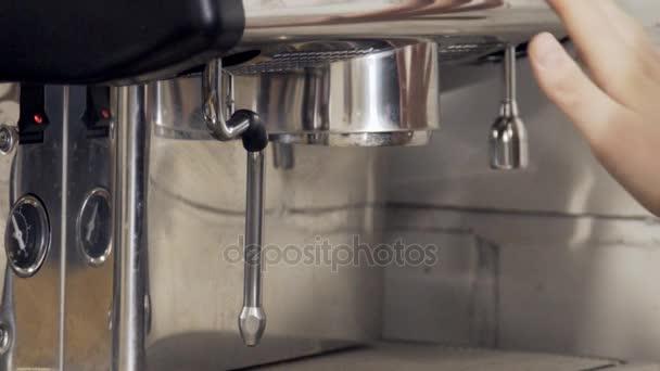 Zblízka kávovar se promyje horkou vodou