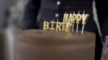 Lahodný dort je používán v kuchyni cukrářské dílny