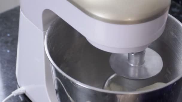 Automatische Mixer Keuken : Proces van het deeg met een keukenmachine in keuken binnenshuis