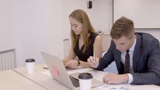 Homme d affaires et femme d affaires travaillent en travaillant