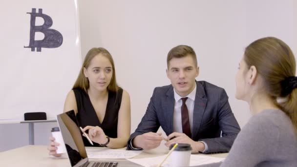 Három fiatal traiders beszélünk bitcoin beruházások indulási hivatalban