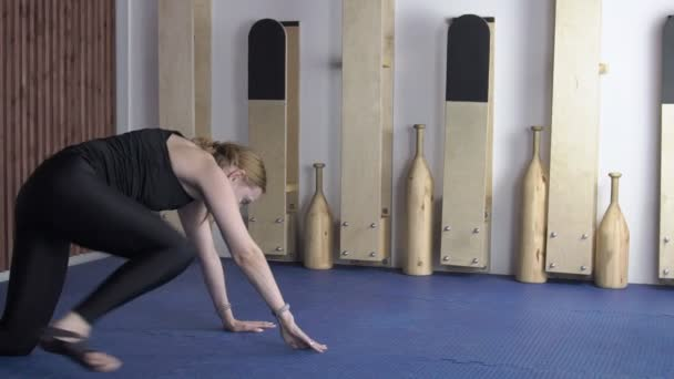 Видео девушке растягивают ноги