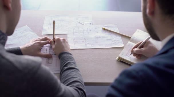 Két férfi építészek dolgoznak együtt a Hivatal.
