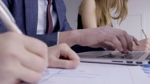 Jsou úspěšní odborníci v pracovním procesu v tabulce moderní kanceláři