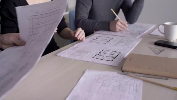 Vedoucí stavebního projektu schválí práce od konstruktér a architekt