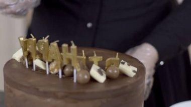 Ženské confetioner zdobí horní části dortu pro oslavu s bonbóny, zblízka
