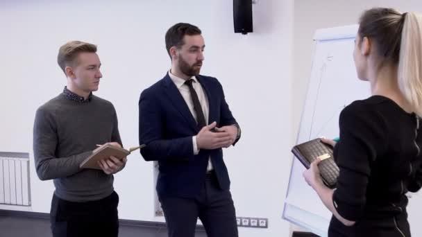Mladí profesionální tým pracovat na spuštění projektu postavení v moderní kanceláři