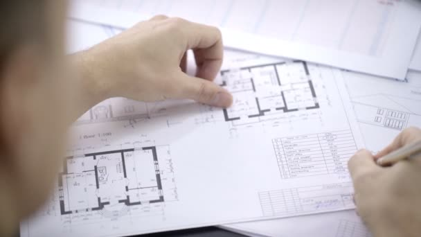 Detail architekta podepisuje interiérového designu na papíře.