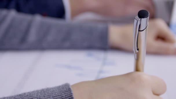 zdarma video žen sání péro