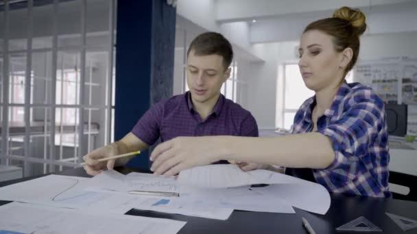 Mladí odborníci jsou pracovní a mluví v přední společnosti doma u stolu