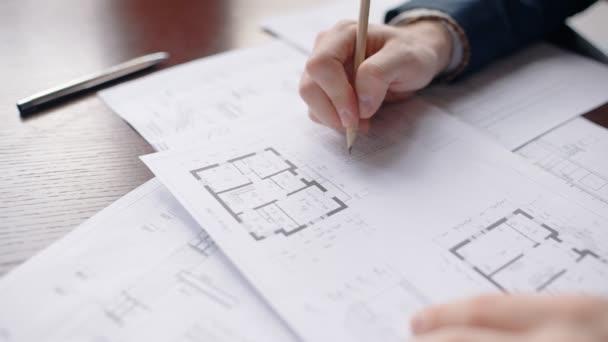 Detailní záběr ruce mužské architekta oprava domu blueprint