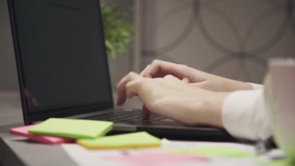 Fiatal nő segítségével a hordozható számítógépet otthon