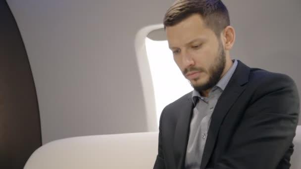 Mladý seriózní investor expert analytik podnikatel pracuje na projektu sedí v interiéru letadla.