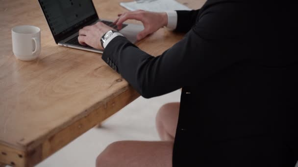 detailní muž použít notebook obrazovku s messenger chatovat text s lidmi v karanténě. klávesnice.