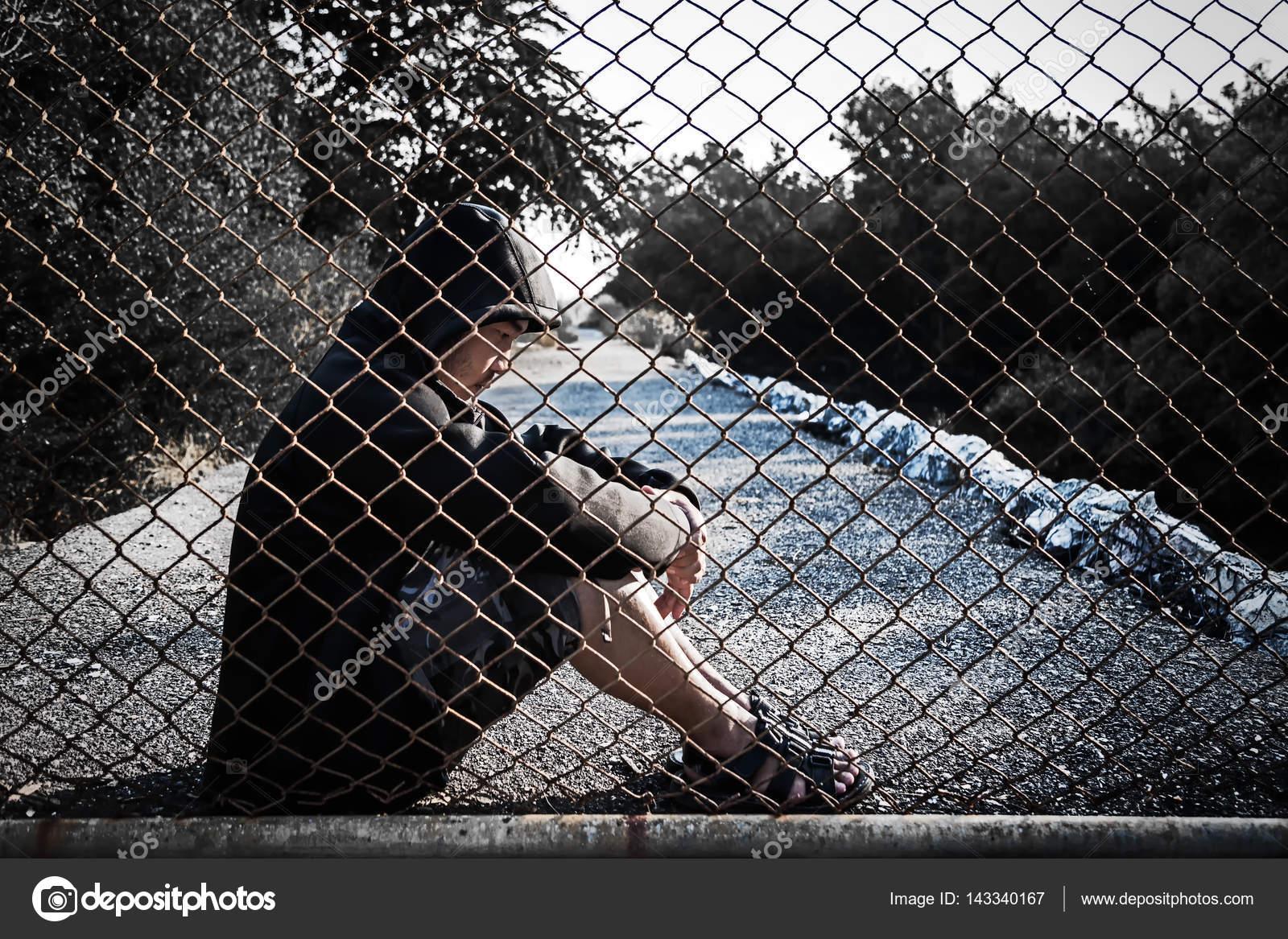 4f26f863985c Hombre deprimido que llevaba una sudadera con capucha negro sentado ...