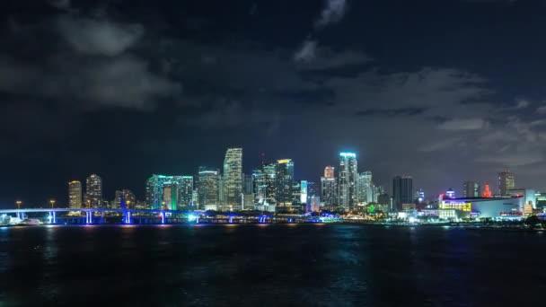 Lasso di tempo tramonto sopra lato centro lungomare di banca di Miami, Florida. Stati Uniti dAmerica