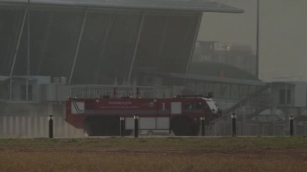 Požární vůz na přistávací dráhu na letiště Phuket, Thajsko