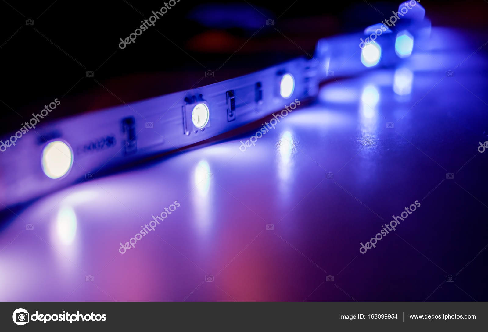 https://st3.depositphotos.com/5387844/16309/i/1600/depositphotos_163099954-stockafbeelding-led-strip-verlichting.jpg