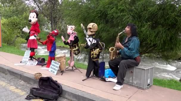 cuenca, ecuador - 02.11.2019 - cuenca days street fair with sound - Musiker mit animierten Freunden nimmt Spende entgegen