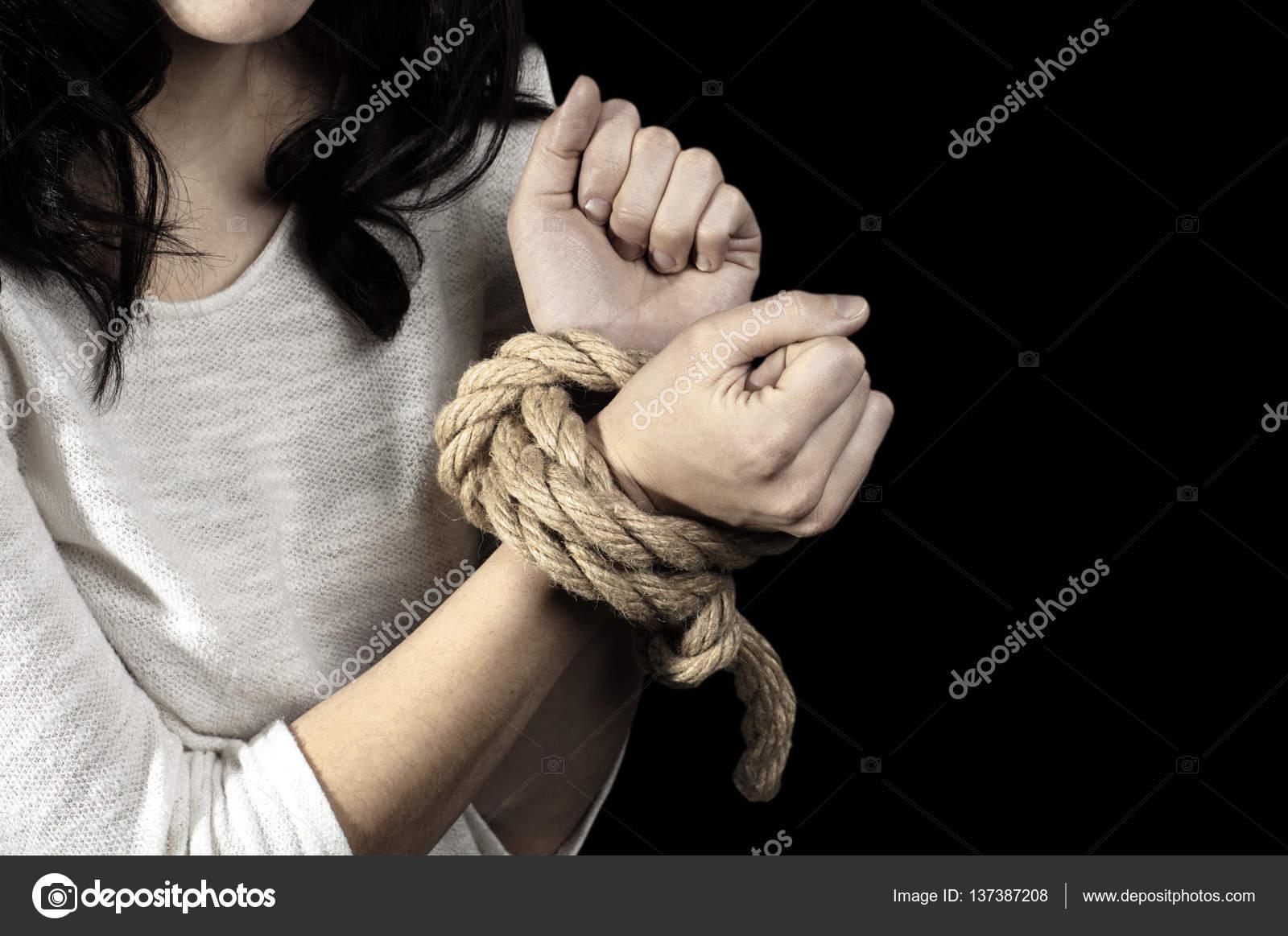 Связанные девушки руки