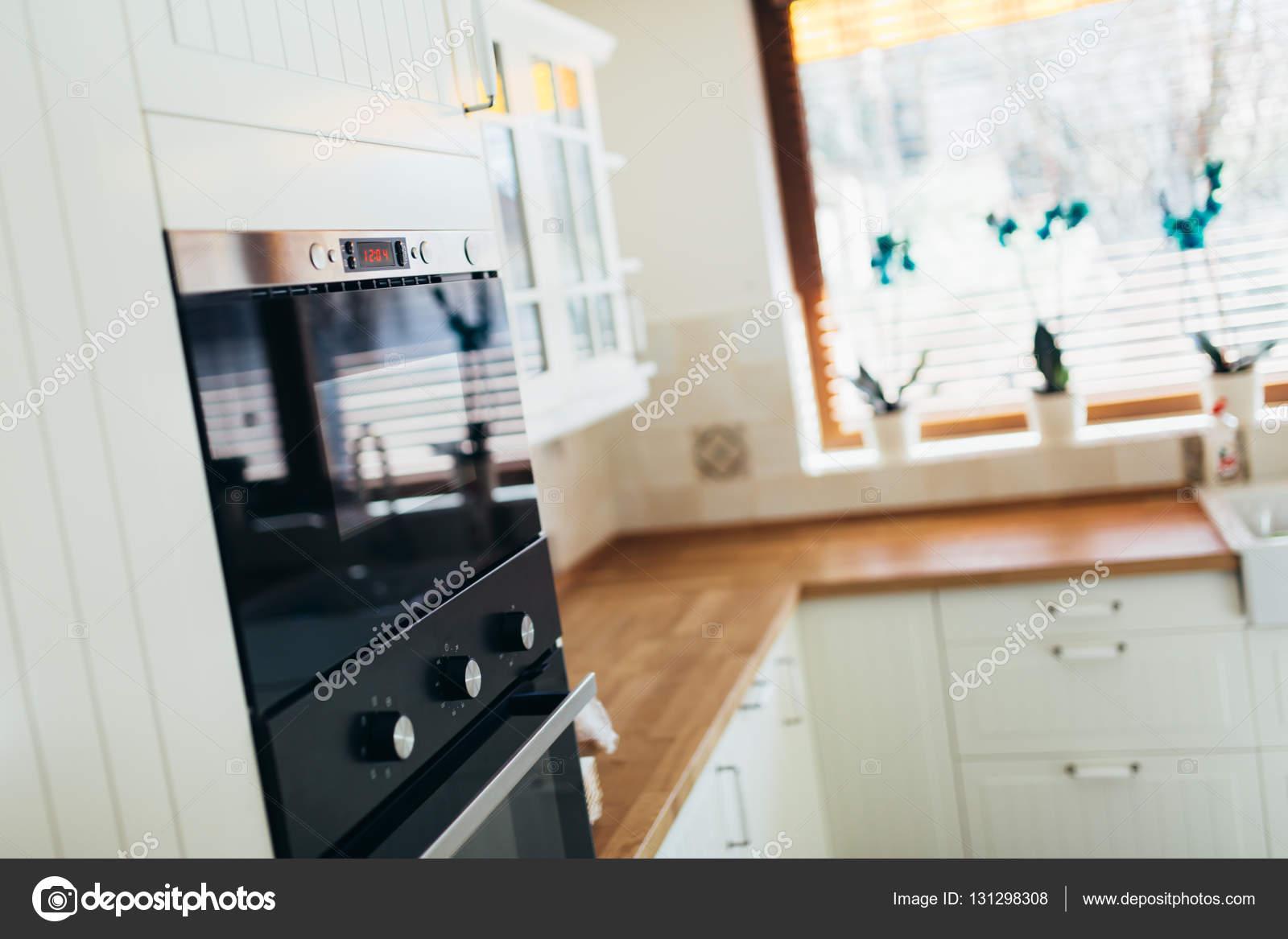 Küchengeräte in einem zeitgenössischen Interieur — Stockfoto ...