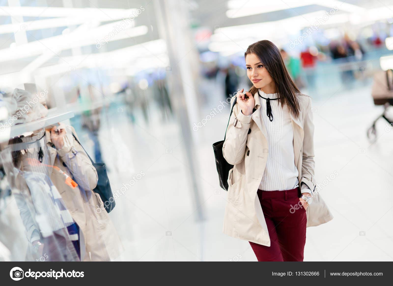 5b677823a1 Señora comprando ropa