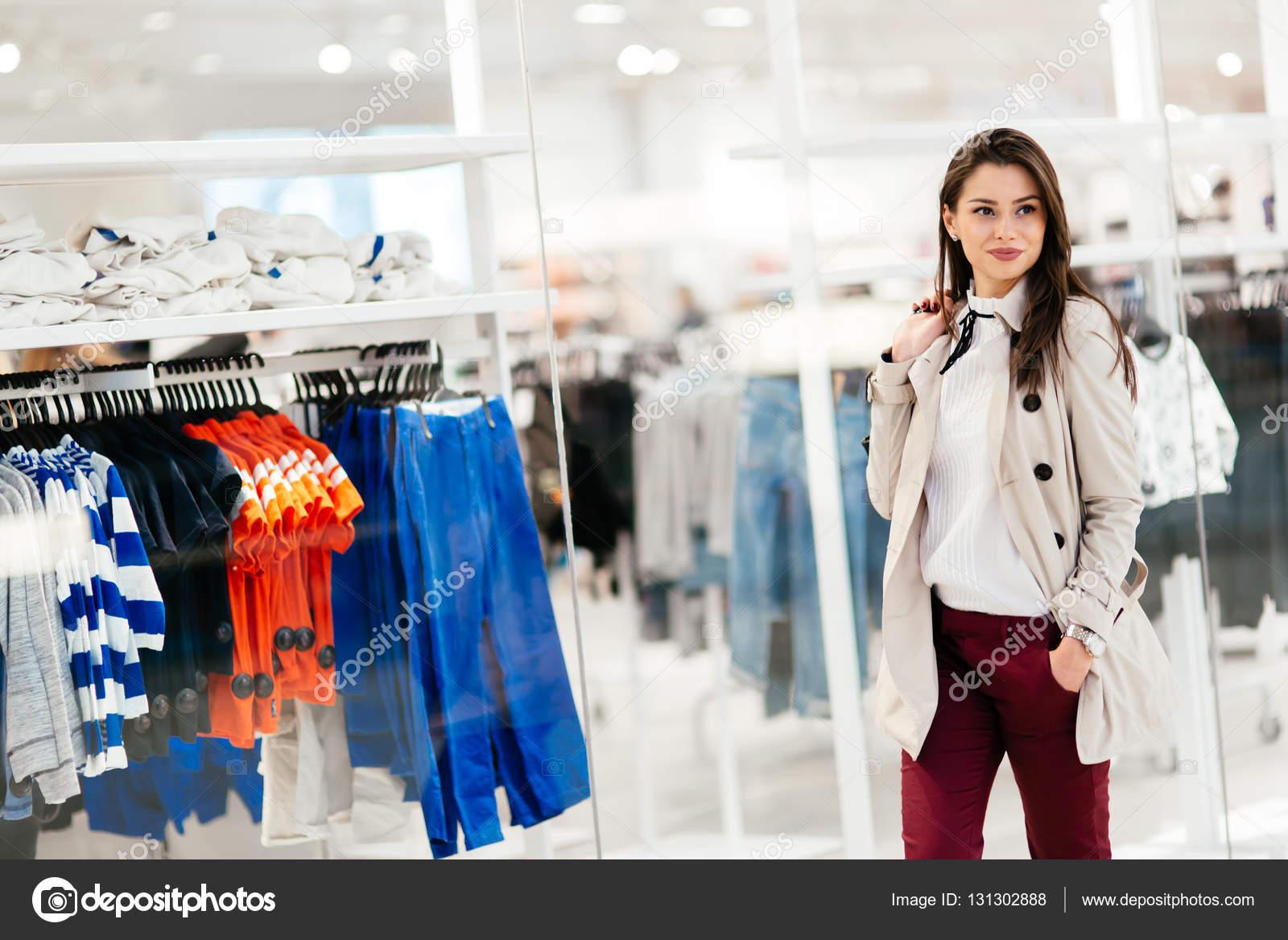 Bella donna shopping vestiti — Foto Stock © nd3000  131302888 8a8b447f2eb