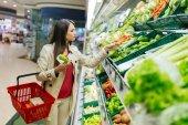 Fényképek Gyönyörű nő vásárlás zöldségek és gyümölcsök