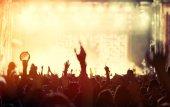 Lidé tančí na koncertě
